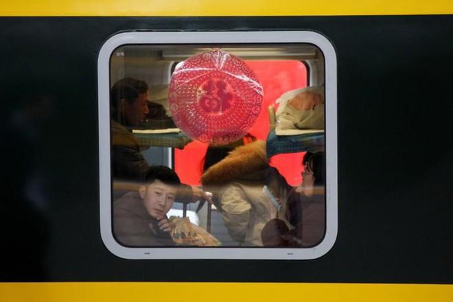 Ảnh: Gian nan hành trình về quê ăn Tết của người Trung Quốc - Ảnh 17.
