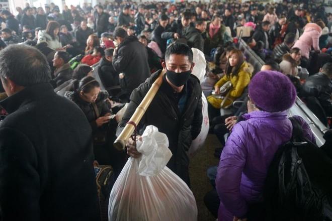 Ảnh: Gian nan hành trình về quê ăn Tết của người Trung Quốc - Ảnh 10.
