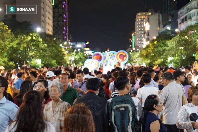 Người Sài Gòn đổ về trung tâm chờ xem pháo hoa đón giao thừa Tết Kỷ Hợi 2019 - Ảnh 12.