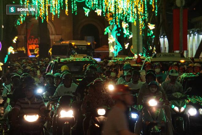Người Sài Gòn đổ về trung tâm chờ xem pháo hoa đón giao thừa Tết Kỷ Hợi 2019 - Ảnh 8.