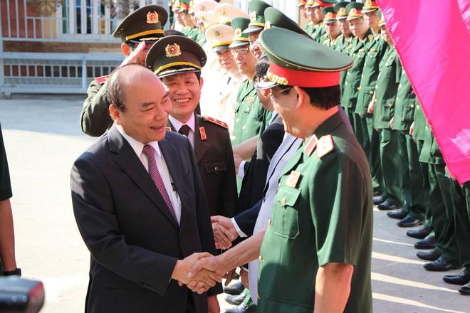Thủ tướng Nguyễn Xuân Phúc xông đất, chúc tết cán bộ người dân Đà Nẵng - Ảnh 1.