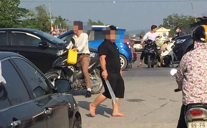 Người đàn ông vác dao ra doạ tài xế liên tục bấm còi, chửi bới vì tắc đường ở Bắc Ninh