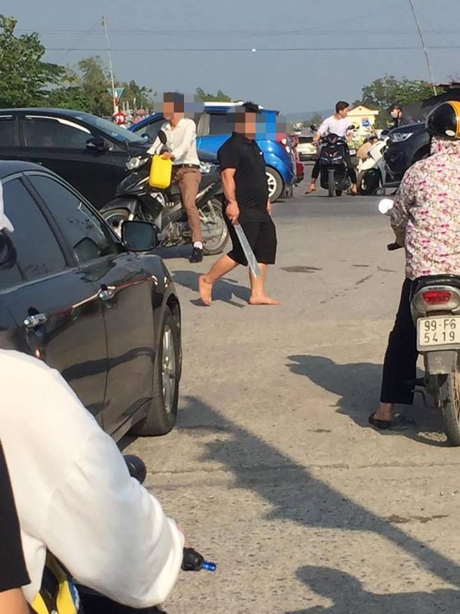 Người đàn ông vác dao ra doạ tài xế liên tục bấm còi, chửi bới vì tắc đường ở Bắc Ninh  - Ảnh 1.