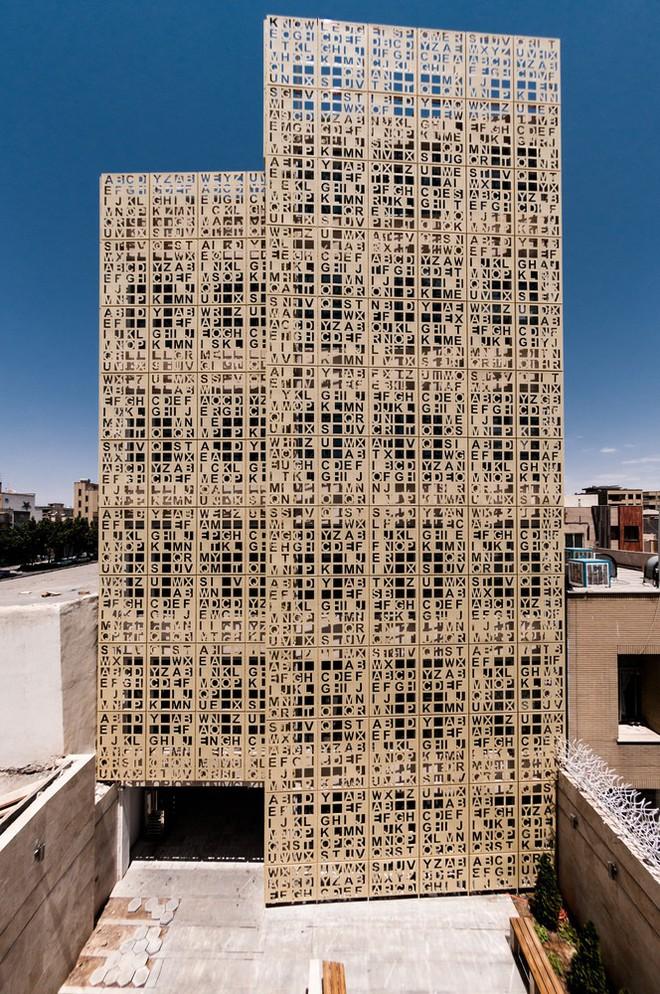 Độc đáo tòa cao ốc toàn chữ cái nằm ven quốc lộ - Ảnh 8.