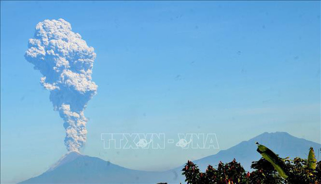Núi lửa Merapi phun tro bụi, nhìn từ khu vực Karanganyar, tỉnh Trung Java, Indonesia, ngày 1/6/2018. Ảnh: AFP/TTXVN