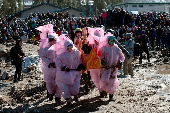 24h qua ảnh: Phụ nữ và trẻ em tháo chạy khỏi thành trì cuối cùng của IS - Ảnh 4.