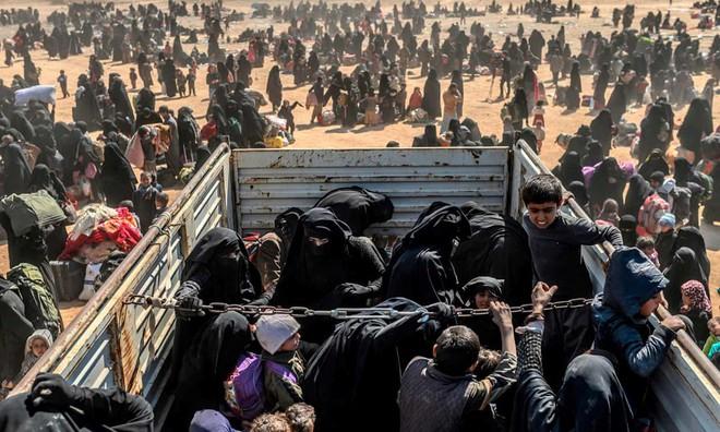 24h qua ảnh: Phụ nữ và trẻ em tháo chạy khỏi thành trì cuối cùng của IS - Ảnh 3.