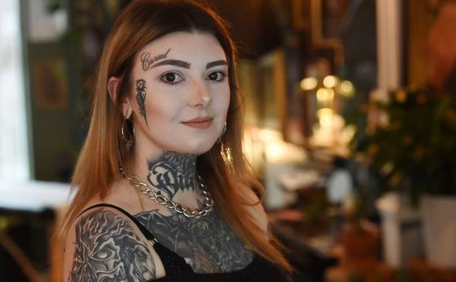 Cô gái xăm lên mặt chữ 'bị nguyền rủa' vì lý do khiến nhiều người ngã ngửa