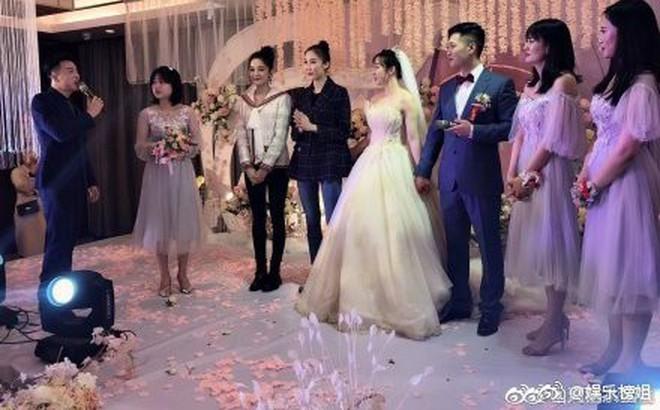 """Mừng đám cưới bạn thân bằng điệu múa """"cây nhà lá vườn"""", Cổ Lực Na Trát chiếm trọn spotlight trên Weibo"""