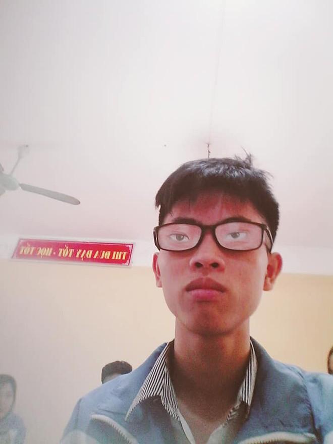 Nam sinh chăm chú nhìn lên bảng và đôi mắt kính che giấu toàn bộ sự thật - ảnh 5