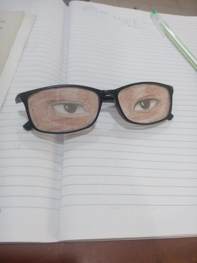 Nam sinh chăm chú nhìn lên bảng và đôi mắt kính che giấu toàn bộ sự thật - ảnh 2
