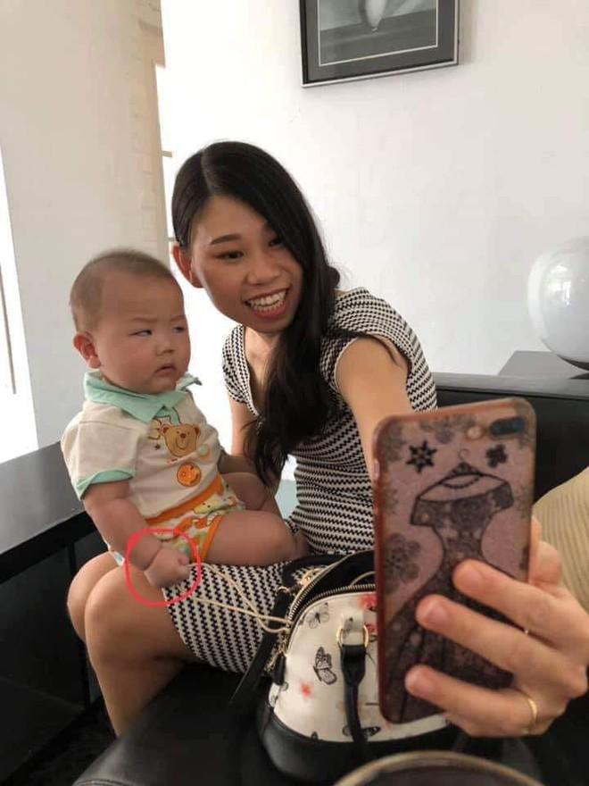 Mẹ đòi chụp ảnh tự sướng, phản ứng ra mặt của cậu nhóc khiến dân mạng nhấn like rần rần - ảnh 1
