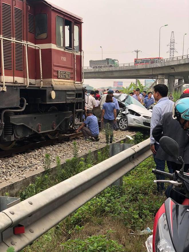 Hiện trường vụ ô tô bị tàu hỏa đâm ngang, nát bét, nguyên nhân cũng vì cố nhanh vài phút - ảnh 3