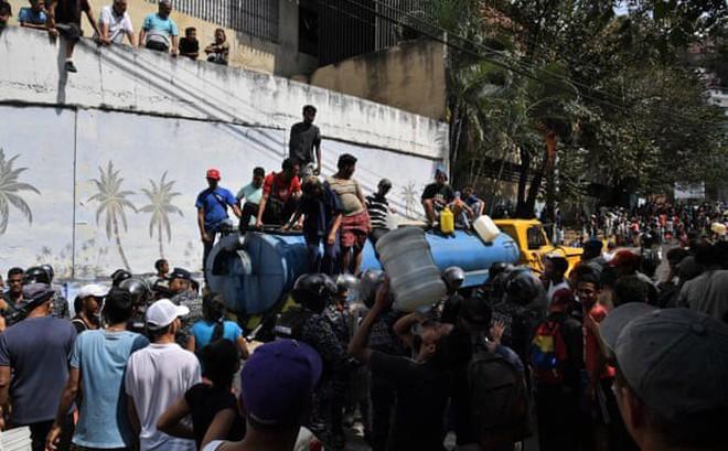 """Khủng hoảng điện năng: Người dân Venezuela phải dự trữ từng chiếc lá, chật vật """"sinh tồn"""" bằng hàng chợ đen"""