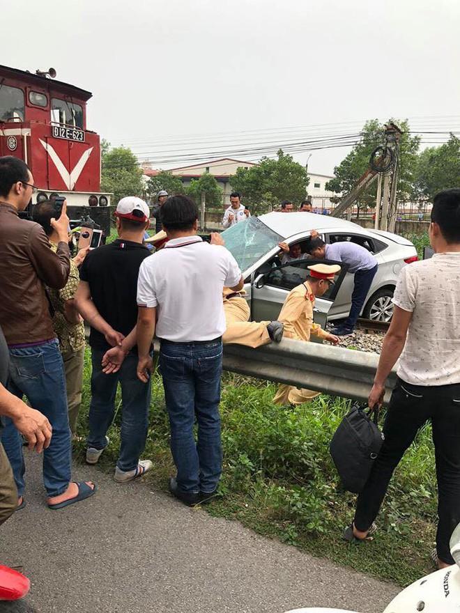 Tai nạn đường sắt 2 người tử vong ở Hải Dương: Ô tô bị tàu hoả đẩy khoảng 100 mét - ảnh 1