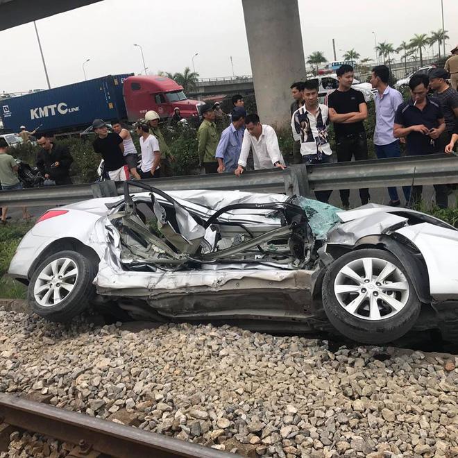 Ô tô bị tàu hoả húc văng hàng chục mét, 5 người trong xe kẹt cứng