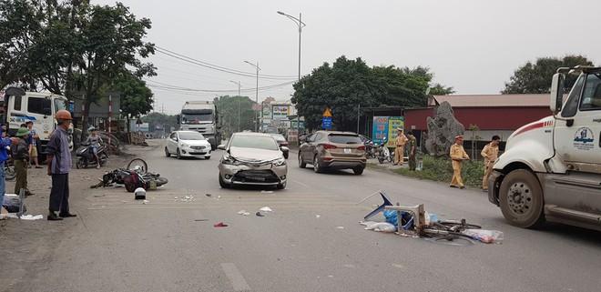 Xe bán tải điên tông hàng loạt phương tiện và chỉ dừng lại khi lao vào nhà dân - Ảnh 1.
