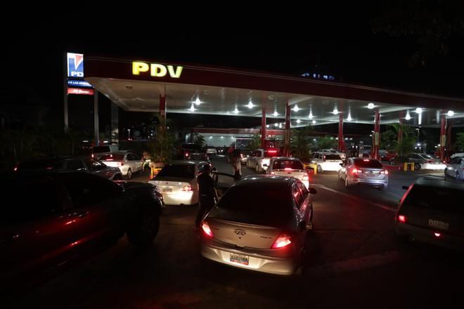 Khủng hoảng điện năng: Người dân Venezuela phải dự trữ từng chiếc lá, chật vật sinh tồn bằng hàng chợ đen - Ảnh 3.