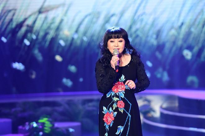 Tại sao danh ca Hương Lan không mặc bất kỳ trang phục nào khác ngoài áo dài khi lên sân khấu? - Ảnh 2.