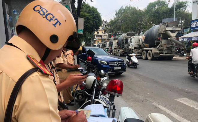 Đoàn xe bồn lao vun vút vào trung tâm Sài Gòn, CSGT lập biên bản xử phạt mỏi tay - Ảnh 2.