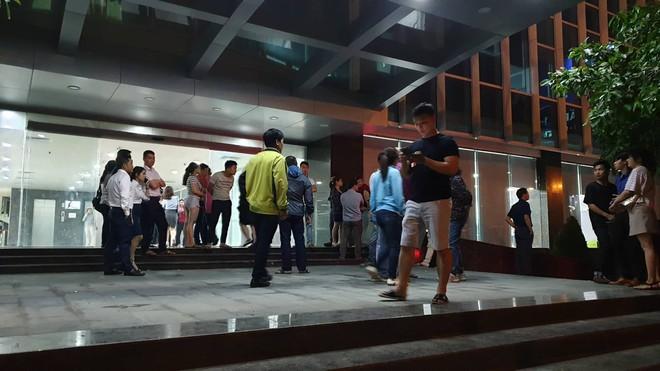Hàng trăm người bao vây công ty bất động sản đòi sổ đỏ trong đêm - Ảnh 2.