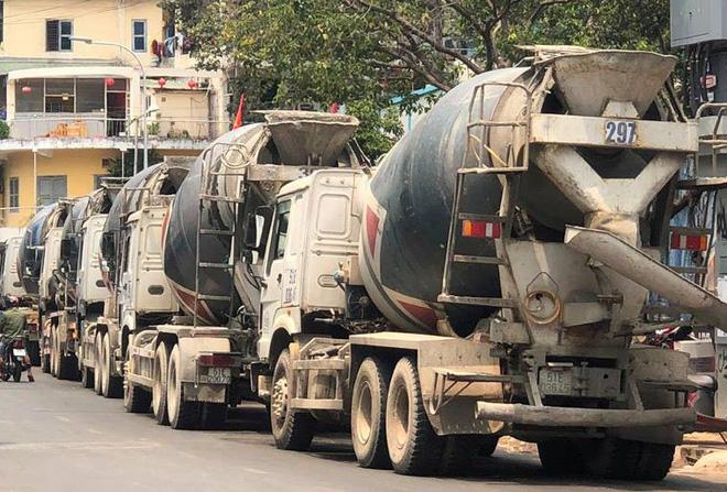 Đoàn xe bồn lao vun vút vào trung tâm Sài Gòn, CSGT lập biên bản xử phạt mỏi tay - Ảnh 1.