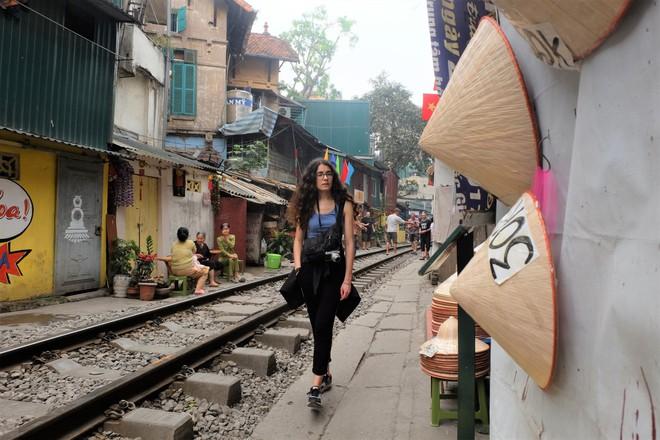 Hàng quán mọc lên san sát tại khu đường tàu Hà Nội nổi tiếng trên báo quốc tế - Ảnh 7.