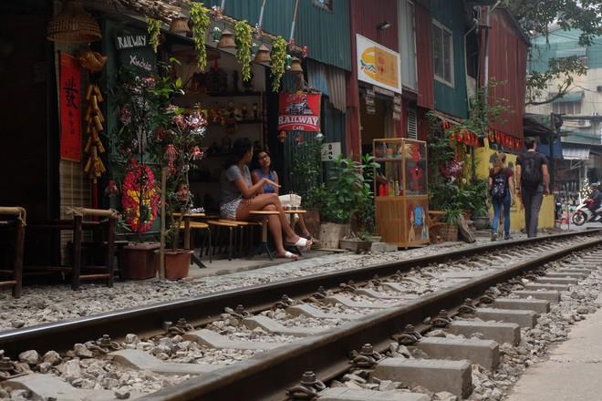 Hàng quán mọc lên san sát tại khu đường tàu Hà Nội nổi tiếng trên báo quốc tế - Ảnh 4.