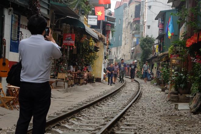 Hàng quán mọc lên san sát tại khu đường tàu Hà Nội nổi tiếng trên báo quốc tế - Ảnh 1.