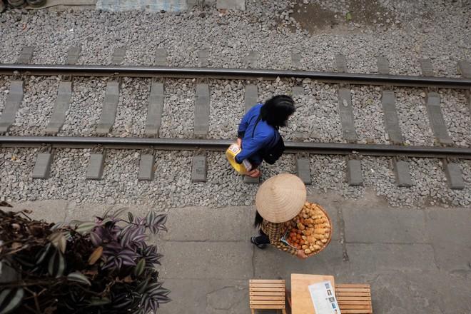 Hàng quán mọc lên san sát tại khu đường tàu Hà Nội nổi tiếng trên báo quốc tế - Ảnh 12.