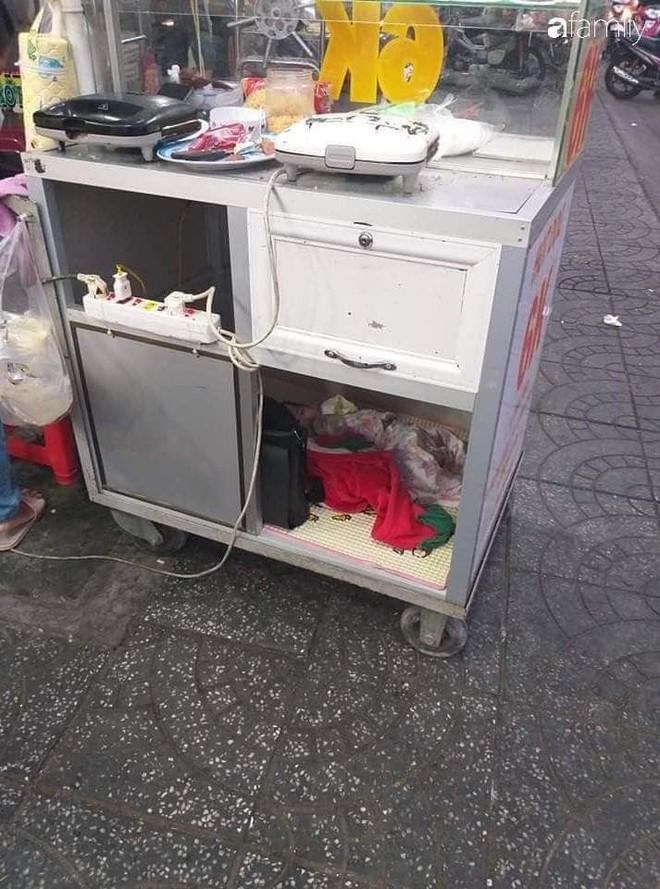 Em bé ngoan ngoãn nằm trong xe bán bánh mì để mẹ mưu sinh gây xúc động mạnh - ảnh 1
