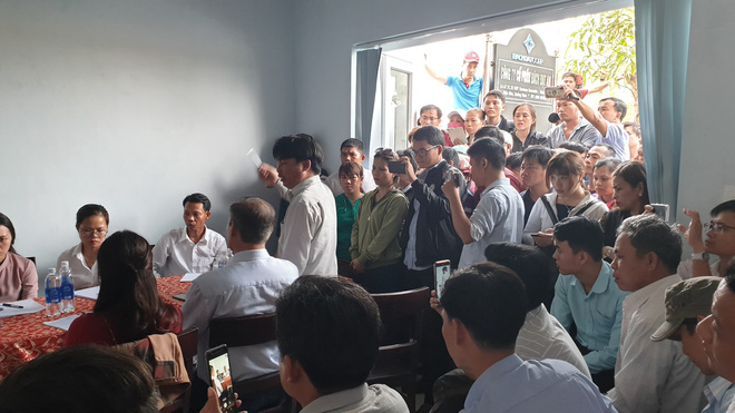 Vụ người dân bao vây đòi sổ đỏ ở Đà Nẵng: Đối thoại căng thẳng dẫn đến xô xát - Ảnh 4.