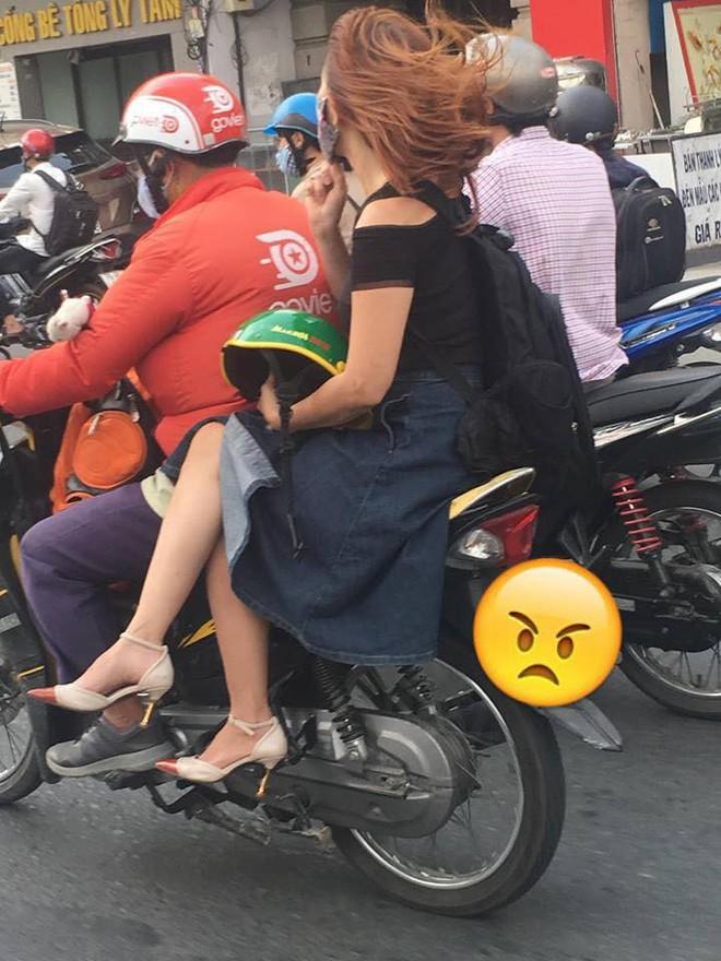 Ngồi trên xe ôm, chỉ bằng một hành động cô gái khiến cả phố ngoái lại nhìn - ảnh 2