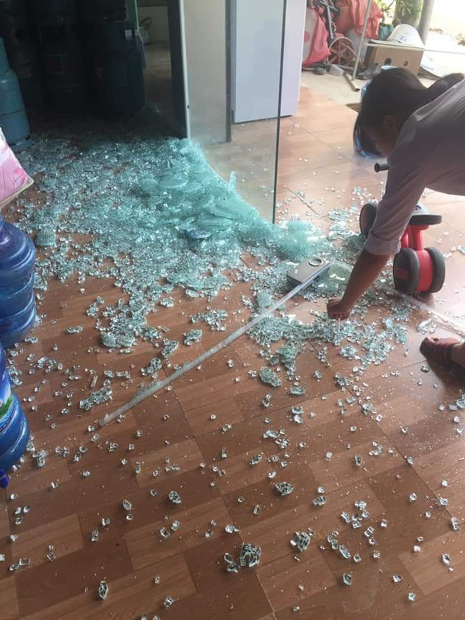 CLIP: Đùa nghịch với cửa kính, bé trai bất ngờ bị hàng trăm mảnh vỡ đổ ập xuống người - Ảnh 2.