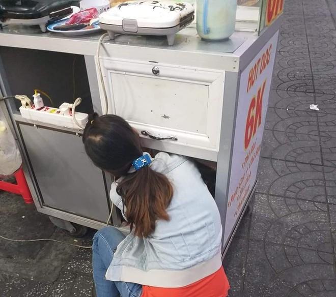 Em bé ngoan ngoãn nằm trong xe bán bánh mì để mẹ mưu sinh gây xúc động mạnh - ảnh 2