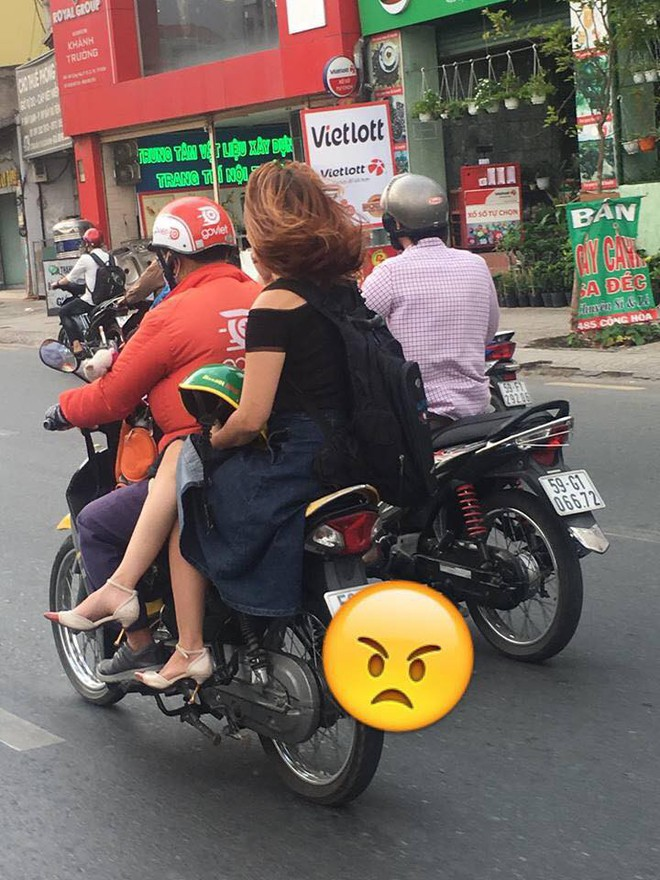Ngồi trên xe ôm, chỉ bằng một hành động cô gái khiến cả phố ngoái lại nhìn - ảnh 1