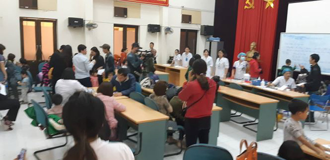 [Nóng] Nghi ăn thịt đầy hạch trắng, hơn 400 học sinh từ Bắc Ninh xuống Hà Nội xếp hàng xét nghiệm sán lợn - Ảnh 1.