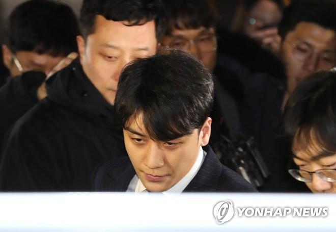 Mâu thuẫn đáng chú ý giữa lời khai của Seungri, Jung Joon Young trong phiên thẩm vấn và khi trả lời báo giới - Ảnh 1.
