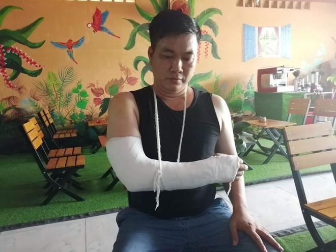 Người đàn ông đi mua đồ ăn bị giang hồ truy sát giữa ban ngày ở Sài Gòn - Ảnh 1.