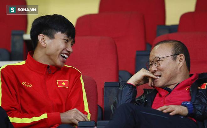Văn Hậu thoải mái cười đùa với thầy Park giữa tin đồn có thể chuyển tới giải Bundesliga
