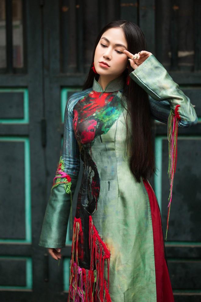 Hoa hậu Tuyết Nga thu hút sự chú ý khi diện áo dài xuống phố - Ảnh 9.
