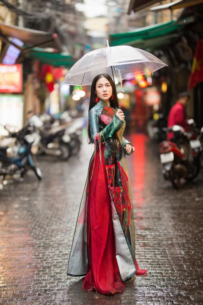 Hoa hậu Tuyết Nga thu hút sự chú ý khi diện áo dài xuống phố - Ảnh 8.