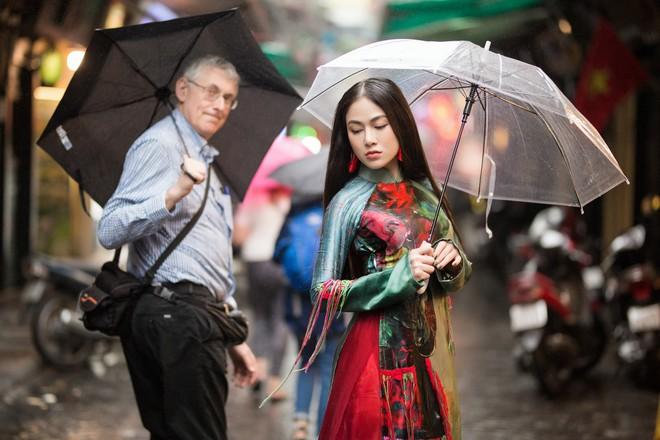 Hoa hậu Tuyết Nga thu hút sự chú ý khi diện áo dài xuống phố - Ảnh 10.