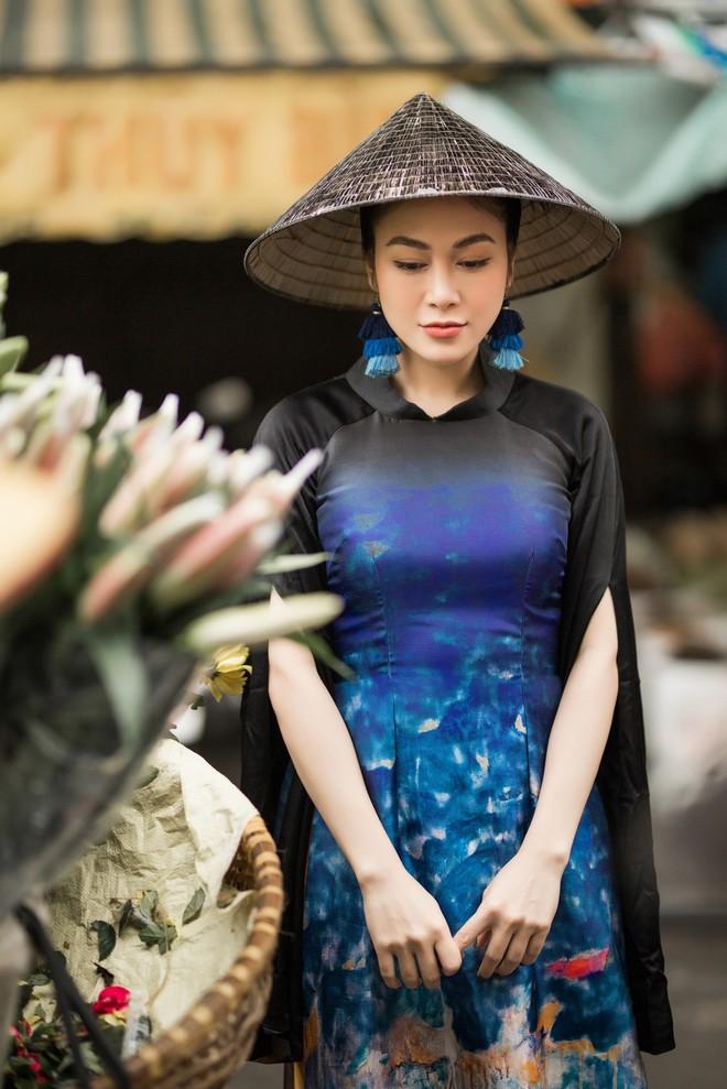 Hoa hậu Tuyết Nga thu hút sự chú ý khi diện áo dài xuống phố - Ảnh 4.
