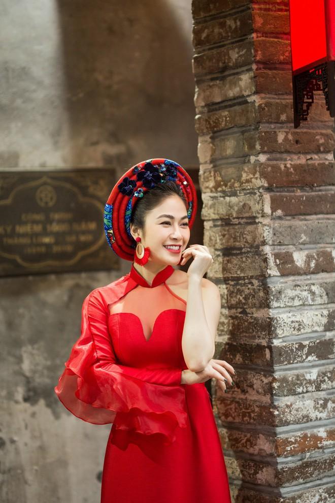 Hoa hậu Tuyết Nga thu hút sự chú ý khi diện áo dài xuống phố - Ảnh 7.