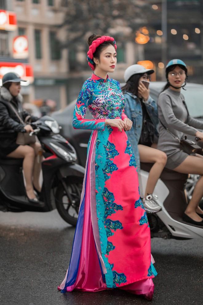 Hoa hậu Tuyết Nga thu hút sự chú ý khi diện áo dài xuống phố - Ảnh 1.