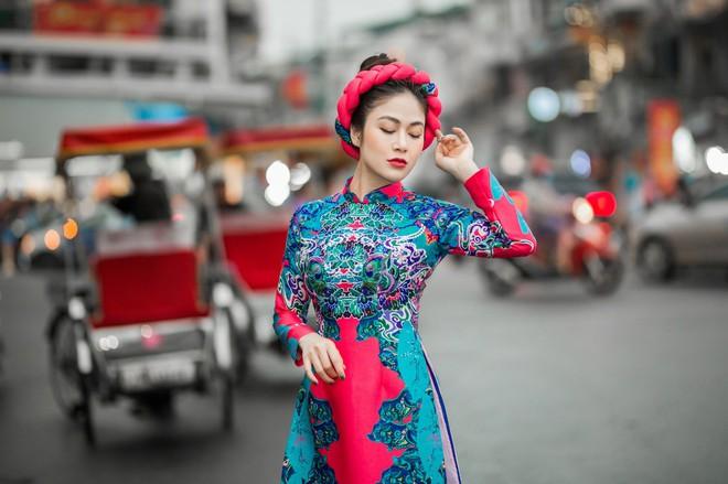 Hoa hậu Tuyết Nga thu hút sự chú ý khi diện áo dài xuống phố - Ảnh 3.