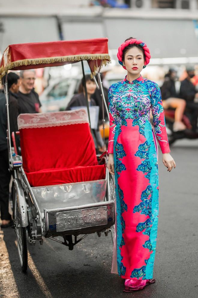 Hoa hậu Tuyết Nga thu hút sự chú ý khi diện áo dài xuống phố - Ảnh 2.