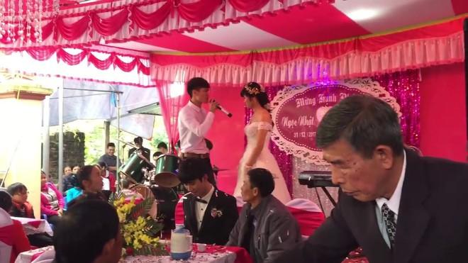 Nhờ chú rể chụp hộ bức hình, người yêu cũ hào hứng ôm eo cô dâu và cái kết khó đỡ - Ảnh 3.