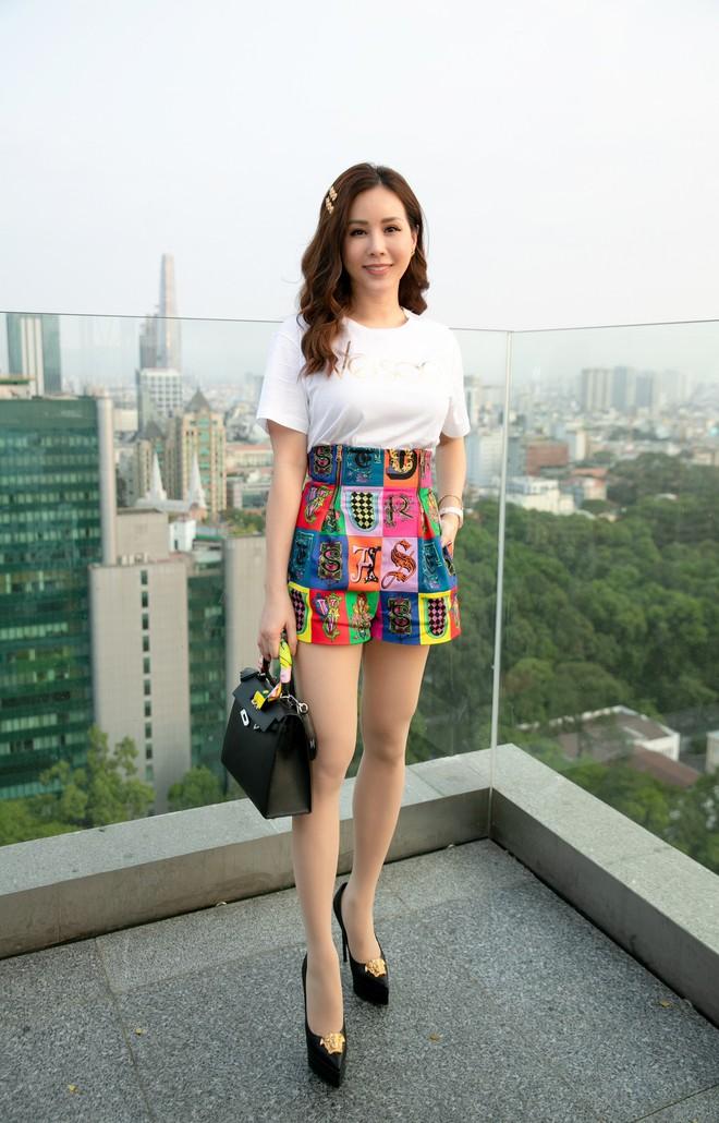 Hoa hậu Thu Hoài mặc toàn đồ hiệu, tự tin tạo dáng cùng nghệ sĩ Hàn - Ảnh 4.